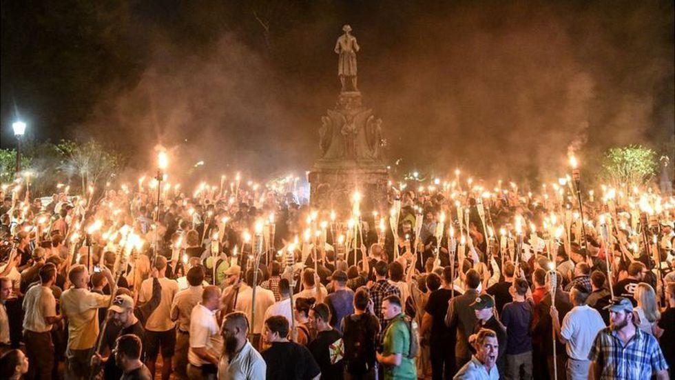Supremacistas blancos rodearon una estatua de Thomas Jefferson mostrando sus antorchas en la noche del 11 de agosto de 2017. (Foto: Reuters)