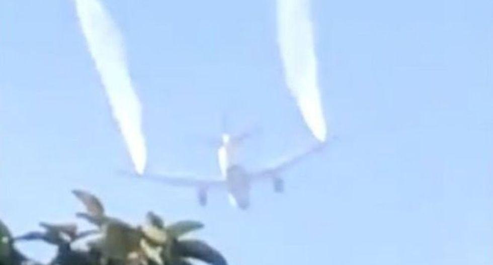 Al menos 17 niños tuvieron que ser tratados después de que el avión lanzara el combustible sobre su escuela. Foto: Reuters