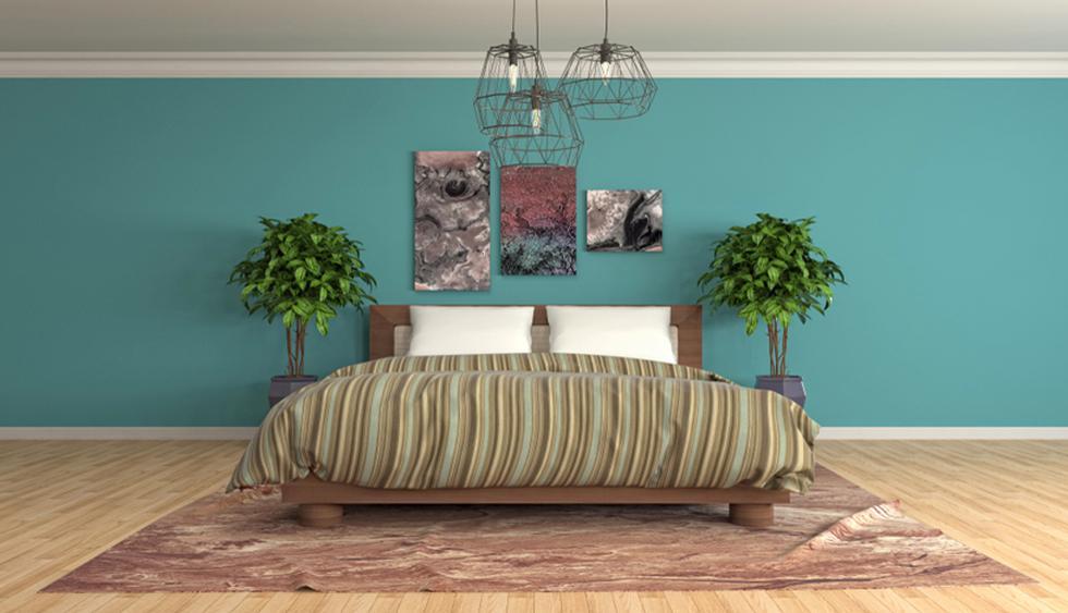 Una habitación con tonos neutros siempre nos va a dar la impresión de amplitud. La composición de cuadros funciona como cabecera y las lámparas colgantes añaden una cuota cool y romántica. (Foto: Shutterstock)