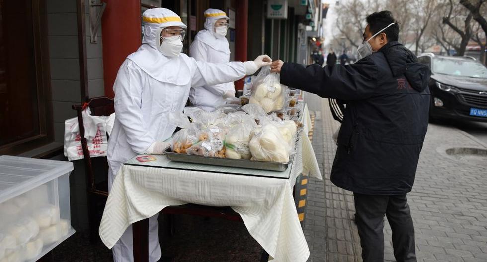 Imagen del archivo de un hombre comprando comida en Beijing, China. (AFP)