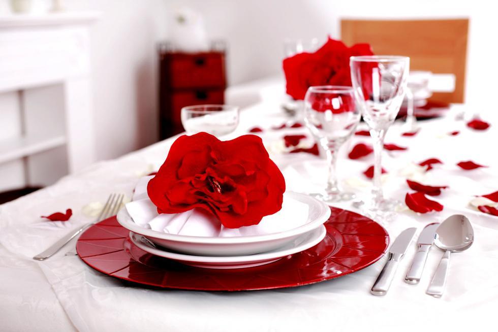 La mesa donde cenarán, puede tener vajilla rojo y blanco. (Foto: Difusión Claudia Tassara)