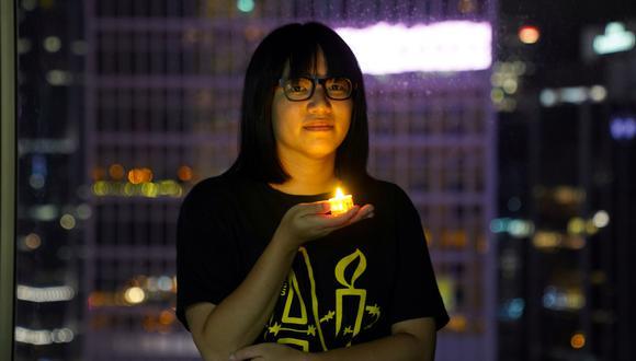 Chow Hang-tung posa con una vela, una forma de manifestarse para recordar las protestas de la plaza Tiananmén de 1989. REUTERS
