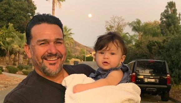 Emmanuel Cafferty celebró con sus hijas y nietos su nuevo empleo… que perdió después de ser expuesto y criticado en Twitter. (Archivo personal).