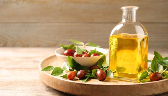 El aceite de jojoba es famoso por sus múltiples usos y beneficios para la piel y el cabello, ya que es el único vegetal que produce cera líquida o éster. Es conocido como el oro líquido natural. (Foto: Shutterstock)