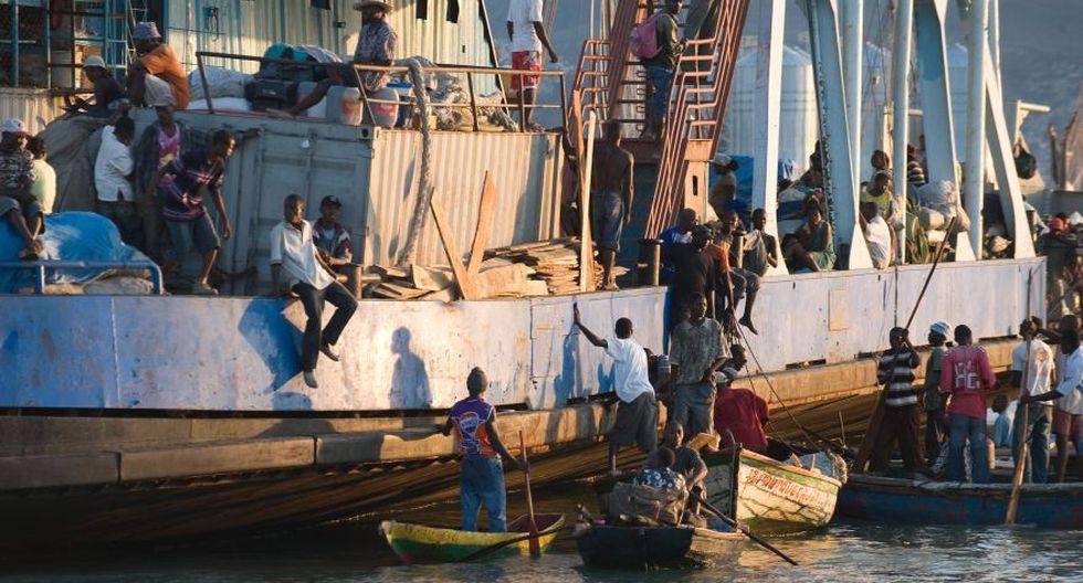 Las personas abordan el primer ferry que llegó a Puerto príncipe con alimentos básicos y carbón. (Foto: AFP).