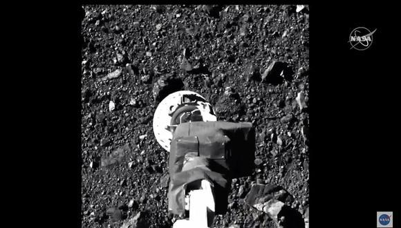 Un video muestra el momento en que el brazo robótico de la sonda Osiris-Rex toca el asteroide Bennu. (Foto: Handout / NASA TV / AFP)