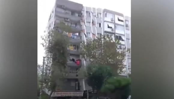 El gobernador de Esmirna, Yavuz Selim Kösker, informó en una comparecencia ante los medios que ya se había rescatado a 70 personas de los edificios derrumbados. (Captura de video/YouTube).