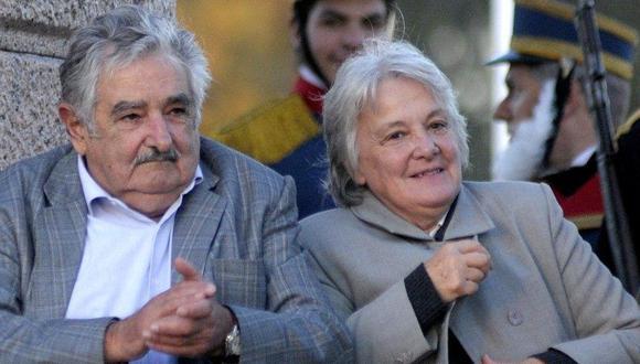 La ex primera dama y ex guerrillera Lucía Topolansky, de 72 años, junto al ex presidente José Mujica. (Foto: AP)