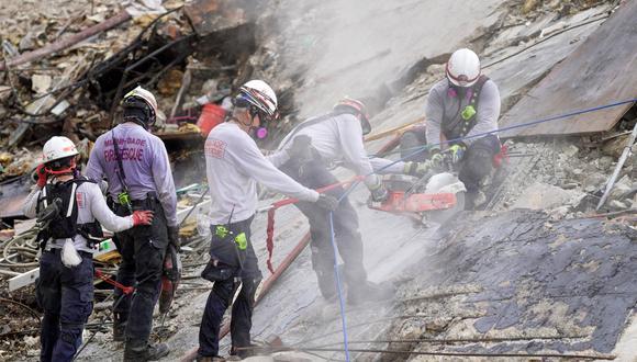 Después de una breve parada para demoler los escombros en pie, el personal de búsqueda y rescate continúa trabajando bajo la lluvia en la pila de escombros del condominio Champlain Towers South en Surfside, Miami. REUTERS