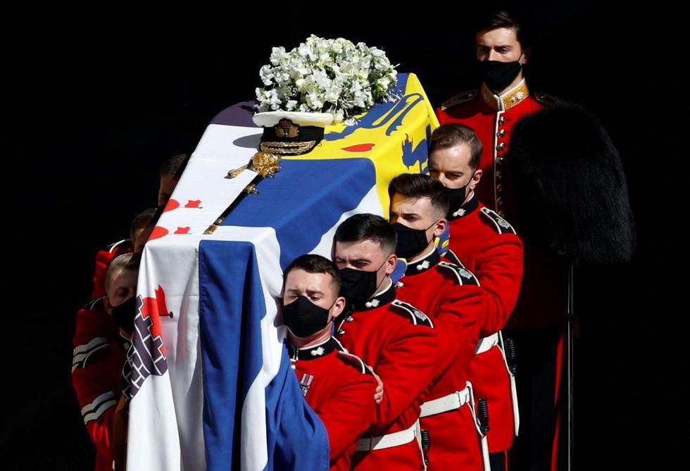 El ataúd del príncipe Felipe de Gran Bretaña, duque de Edimburgo, es llevado en procesión fúnebre a la Capilla de San Jorgen en el Castillo de Windsor. (Adrian DENNIS / PISCINA / AFP).