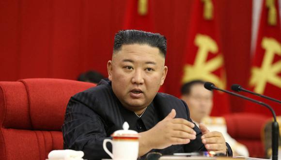 Esta imagen tomada el 17 de junio de 2021 y publicada por la Agencia Central de Noticias de Corea (KCNA) muestra al líder Kim Jong-un asistiendo a la sesión del tercer día de la Reunión Plenaria del 8vo Comité Central del Partido de los Trabajadores de Corea. (AFP).