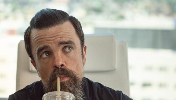 """En """"Descuida, yo te cuido"""", Peter Dinklage interpreta a Roman Lunyov. (Foto: Netflix)"""