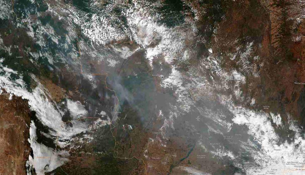 Imagen satelital del 21 de agosto que muestra el humo de varios incendios en la Amazonía brasileña. (Foto: AFP)