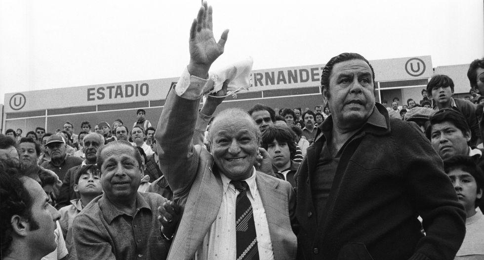 El 30 de agosto de 1983, Teodoro 'Lolo' Fernández recibe un homenaje en el estadio que lleva su nombre. En la imagen aparece junto a Augusto Ferrando. (Foto: Archivo Histórico El Comercio)
