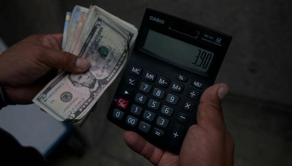 En el mercado paralelo o casas de cambio de Lima, el tipo de cambio se cotiza a S/3,890 la compra y S/3,945 la venta de cada billete verde. (Foto: Eduardo Cavero / GEC)
