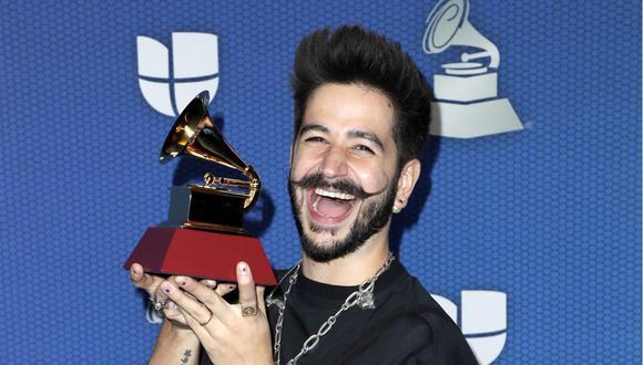 El cantante Camilo junto a su premio por Mejor canción pop en los Premios Grammy Latino 2020. (Foto: AFP / Courtesy of The Latin Recording Academy)