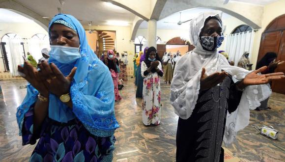 Los musulmanes rezan en una mezquita luego de la reapertura de las mezquitas y el levantamiento de las restricciones a las reuniones religiosas por parte del gobierno como precaución para reducir la propagación del coronavirus en la Secretaría. (Foto: AFP / PIUS UTOMI EKPEI).