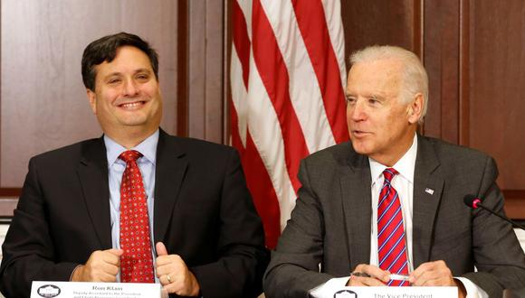 Joe Biden (derecha), acompañado por Ron Klain en el edificio de oficinas ejecutivas de Eisenhower en el complejo de la Casa Blanca, el 13 de noviembre de 2014. (REUTERS / Larry Downing / File Picture).