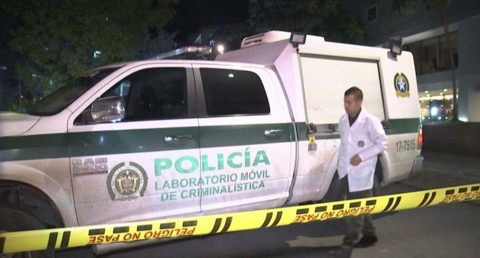 Un forense trabaja en la escena del crimen donde un ingeniero perdió la vida tras recibir un disparo de un sicario en Colombia. (Foto AFP).