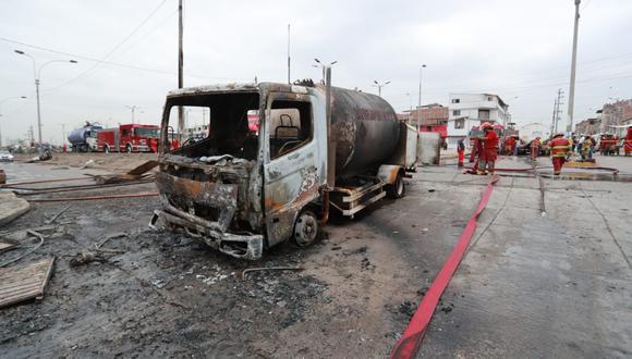 Ingenieros de Osinergmin revisaron el camión siniestrado en Villa El Salvador. (Foto: El Comercio)