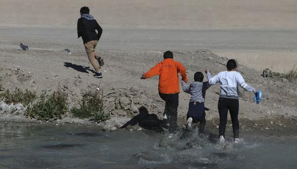 Migrantes cruzan el Río Bravo para llegar a El Paso, estado de Texas, Estados Unidos, desde Ciudad Juárez, México, el 5 de febrero de 2021. (Foto: Herika Martínez / AFP).