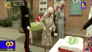 Reina Isabell II sorprende cortando un pastel con espada