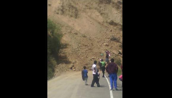 Huancavelica: caída de tierra mantiene bloqueado tramo de la Carretera Central