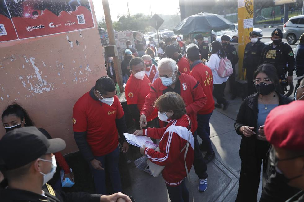 Así ingresan los hinchas al Estadio Nacional para el Perú vs Uruguay [FOTO: Christian Cruz]