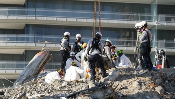 Personal de rescate se reúne en el edificio derrumbado en Surfside, en el condado de Miami- Dade, Florida, Estados Unidos. REUTERS