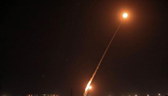 La imagen muestra que se disparan cohetes hacia Israel desde Rafah, en el sur de la Franja de Gaza, el 14 de mayo de 2021. (Foto: Said Khatib/ AFP)