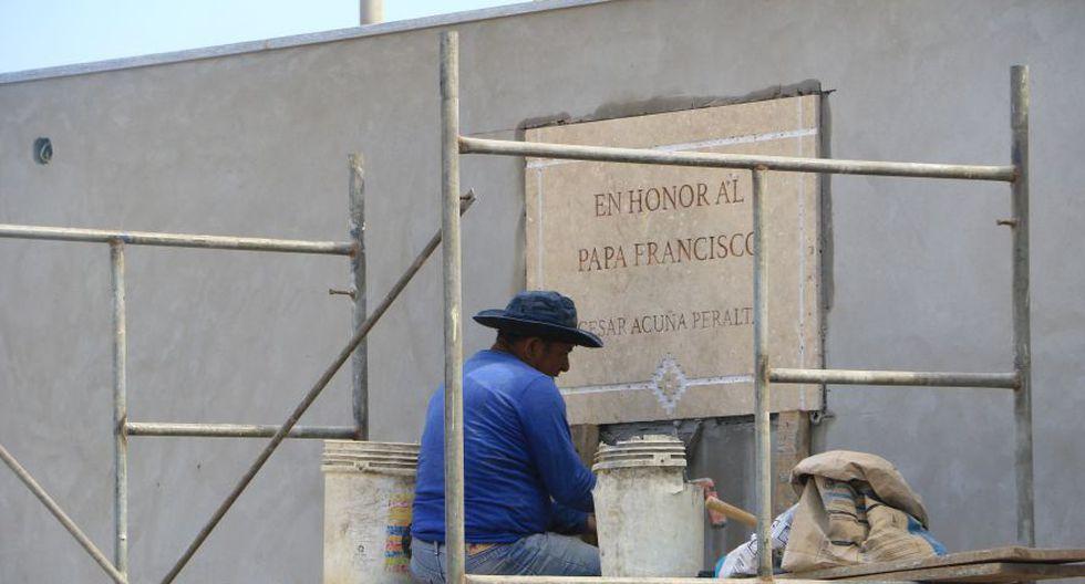 La placa con el nombre de César Acuña adorna el obelisco que fue construido en honor al papa Francisco. (Johnny Aurazo / El Comercio)