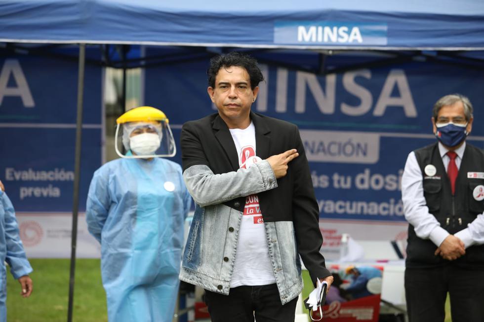 La vacunación contra el coronavirus a 87 mil personas que viven con VIH y a 150 mil pacientes con cáncer a nivel nacional, se inició hoy en Lima y Callao, la misma que continuará en forma progresiva en las otras regiones. El ministro de Salud, Óscar Ugarte, participó del acto simbólico con la inoculación del artista peruano Ernesto Pimentel, quien es paciente de VIH, afirmando que es un paso importante para proteger a este grupo poblacional altamente vulnerable frente al coronavirus. (Foto: Britanie Arroyo/@photo.gec)