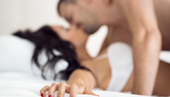 Tener seguridad. El orgasmo es mental, así que si no nos aceptamos como somos y no nos entregamos al 100% en ese momento, estaremos distraídas y no será posible lograr llegar al orgasmo.