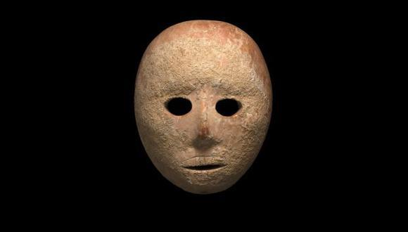 La máscara de piedra de unos 9.000 años de antigüedad cerca del asentamiento judío de Pnei Hever refuerza la teoría de los arqueólogos de haber dado con un centro de producción de máscaras del Neolítico. (Foto: EFE)
