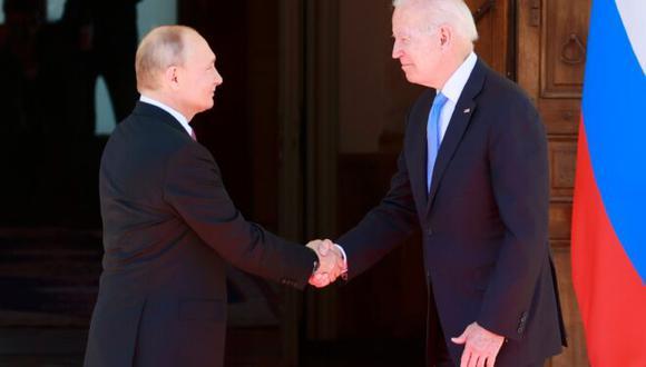 Los presidentes de Rusia, Vladimir Putin (izq), y de Estados Unidos, Joe Biden, se dan la mano al encontrarse para la cumbre que mantuvieron el 16 de junio de 2021 en la ciudad suiza de Ginebra. (AFP Denis Balibouse).