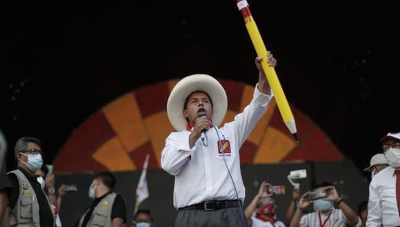 """Un virtual congresista por Perú Libre señaló que lo mencionado por Pedro Castillo debe ser interpretado como una intención de elegir a un defensor del Pueblo imparcial """"en  el contexto de hacer una nueva Constitución"""". El candidato presidencial no ha aclarado su postura. (Foto: Renzo Salazar / El Comercio)"""