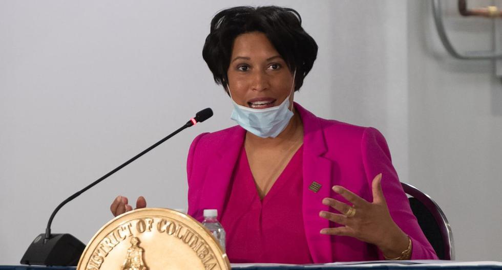 El alcalde Muriel Bowser de Washington, DC, habla durante una conferencia de prensa en un hospital de campaña temporal en el Centro de Convenciones Walter E. en Washington. (AFP / SAUL LOEB).