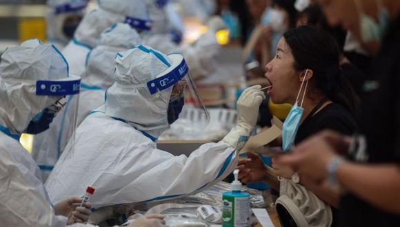Un residente recibe una prueba de ácido nucleico para el coronavirus Covid-19 en Nanjing, en la provincia oriental de Jiangsu. (Foto: China OUT/AFP)