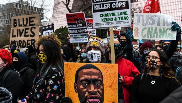 La gente protesta frente al Palacio de Justicia durante el juicio por la muerte de George Floyd en Minneapolis, Minnesota. (Foto de CHANDAN KHANNA / AFP).