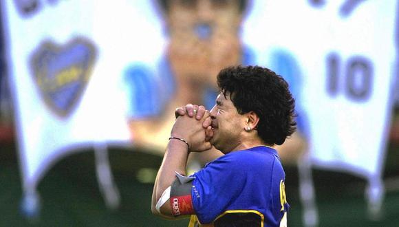 """""""La pelota no se mancha"""", dijo Diego el día de su partido de homenaje en noviembre del 2001 frente a una Bombonera copada de hinchas. (Foto: AFP)"""
