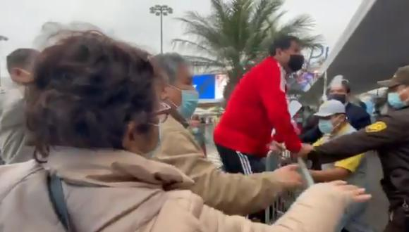 Una persona se encaramó a la reja reclamando que le vacunen en el vacunatorio de Plaza Norte. Muchas personas se quedaron sin ser inmunizadas, pese a que hicieron cola por varias horas.  (Foto: captura de video)