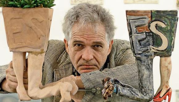 El artista plástico Juan Javier Salazar, posando junto a su obra. (Foto: Alessandro Currarino)