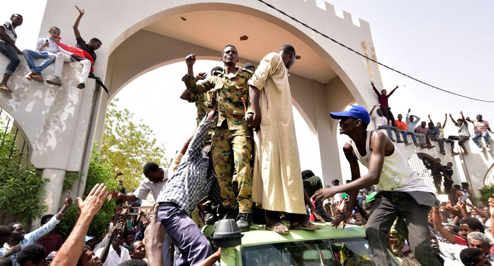 El presidente de Sudán, Omar al Bashir, fue derrocado por el Ejército poniendo fin a un Gobierno de 30 años que no ha podido superar la presión generada por las protestas que comenzaron hace cuatro meses. (AFP)