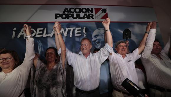 Dirigentes de Acción Popular volvieron a dejarse ver en el viejo local de Paseo Colón para celebrar el triunfo electoral.