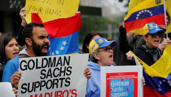 Decenas de venezolanos protestaron en las afueras de la sede de Goldman Sachs en Nueva York. (Reuters).