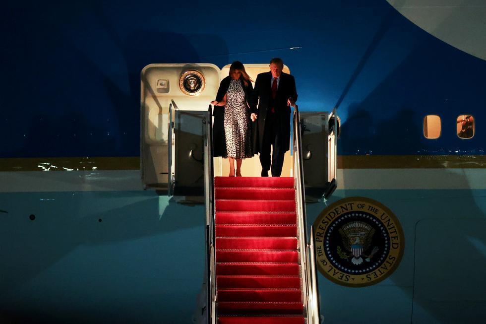 El presidente de los Estados Unidos, Donald Trump, y la primera dama Melania Trump llegan a bordo del Air Force One de un giro de campaña de tres días a la Base Conjunta Andrews, Maryland, Estados Unidos. (Foto: Jonathan Ernst /Reuters)