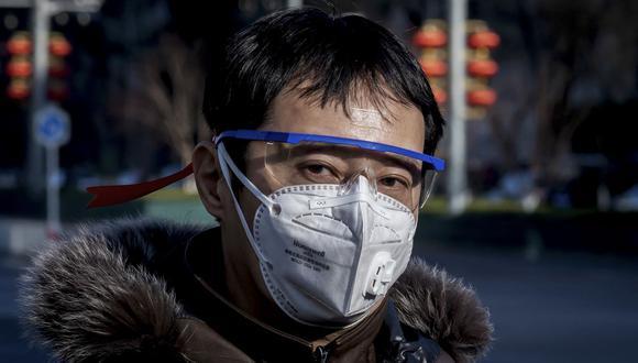 Con mascarilla y gafas protectoras. Así es la vida hoy en China en tiempos del covid-19 (Foto: AFP)