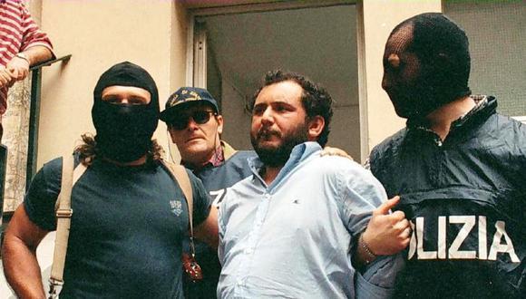 Giovanni Brusca es conducido por la policía después de su interrogatorio en Palermo, Sicilia, Italia, el 21 de mayo de 1996. (EFE / EPA / LANNINO BEST).