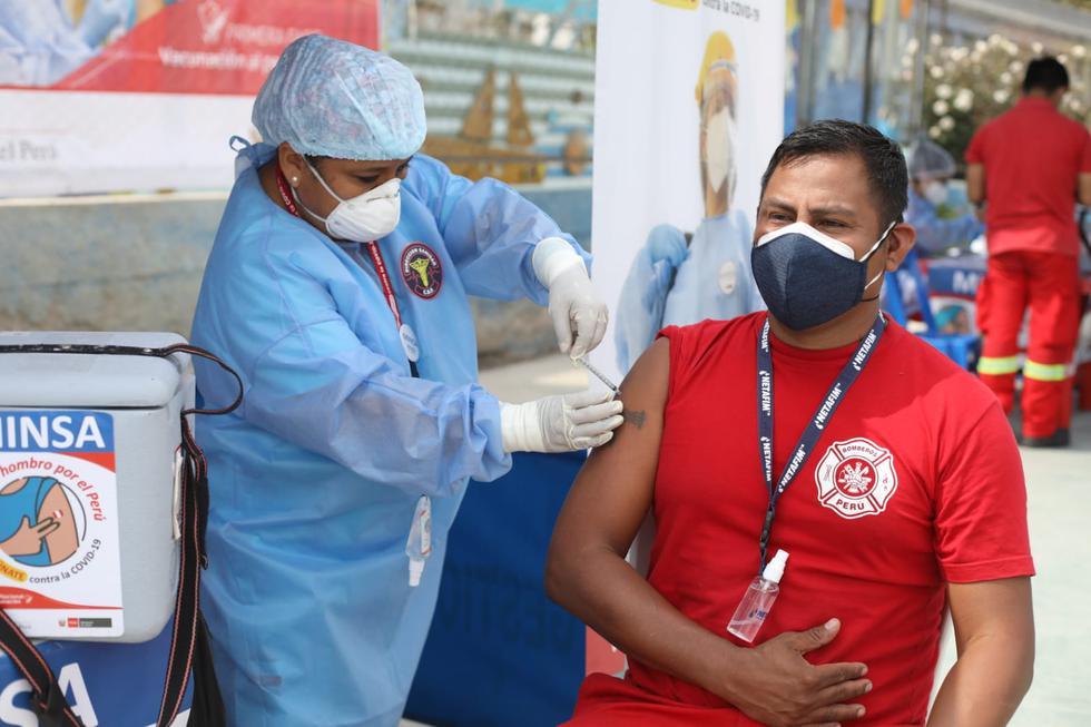 Continúa la vacunación a integrantes del Cuerpo General de Bomberos Voluntarios del Perú (CGBVP). Desde esta mañana, comenzó la jornada en la capital con la inoculación de la primera dosis contra el COVID-19 a más de 1.300 bomberos de Lima Sur. (Foto: Britanie Arroyo/@photo.gec)