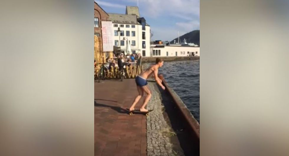 Una vez ahí, decidió saltar para ingresar al mar. (YouTube: Caters Clips)